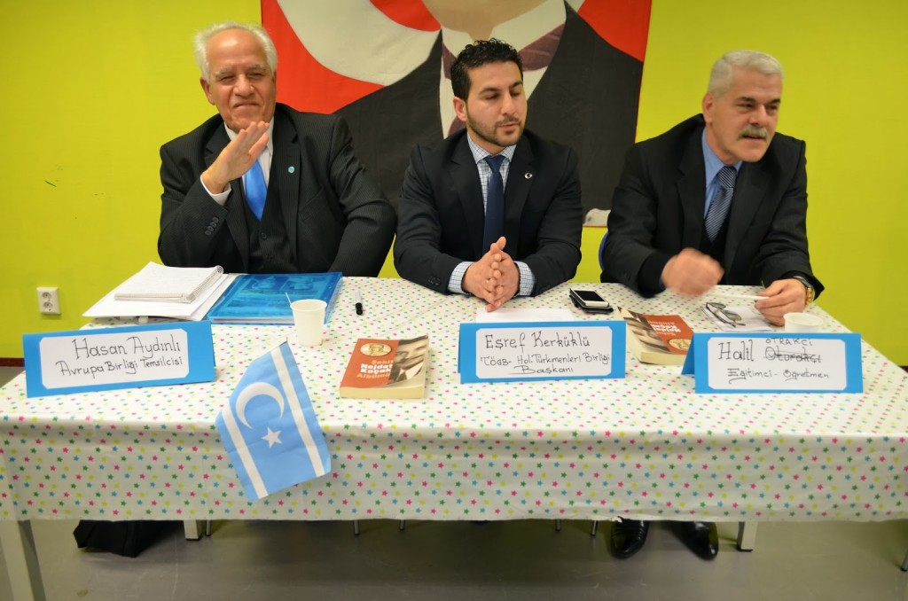 Hollanda Türkmenleri Birliği'nin bir toplantısında bir kare. Solda ITC AB/Brüksel temsilcisi Hassan Tawhid Aydın.