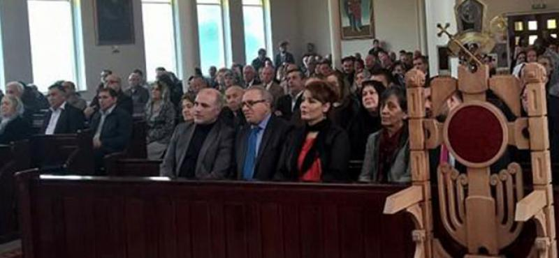 Hollanda'da Ermeni kilisesinin ayinine katilan HDP'li vekil bakin kimle beraberdi1