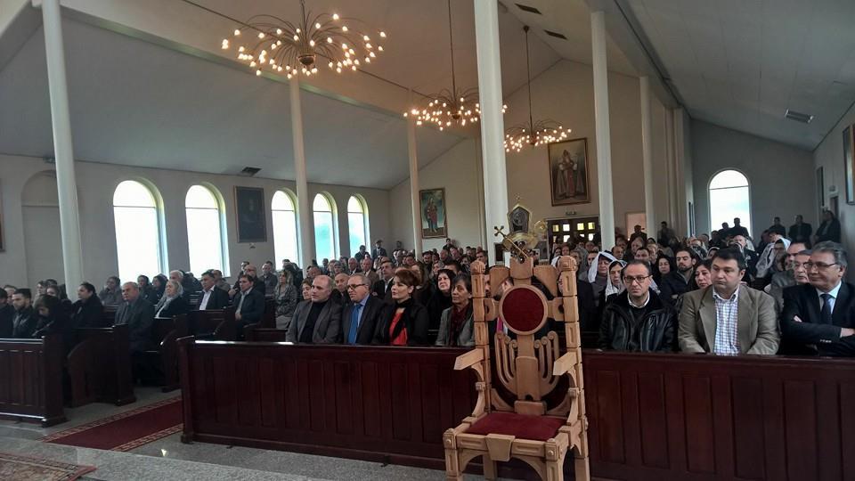 Hollanda'da Ermeni kilisesinin ayinine katilan HDP'li vekil bakin kimle beraberdi2