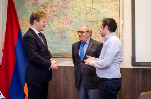 Hollanda'da Ermeni kilisesinin ayinine katilan HDP'li vekil bakin kimle beraberdi3
