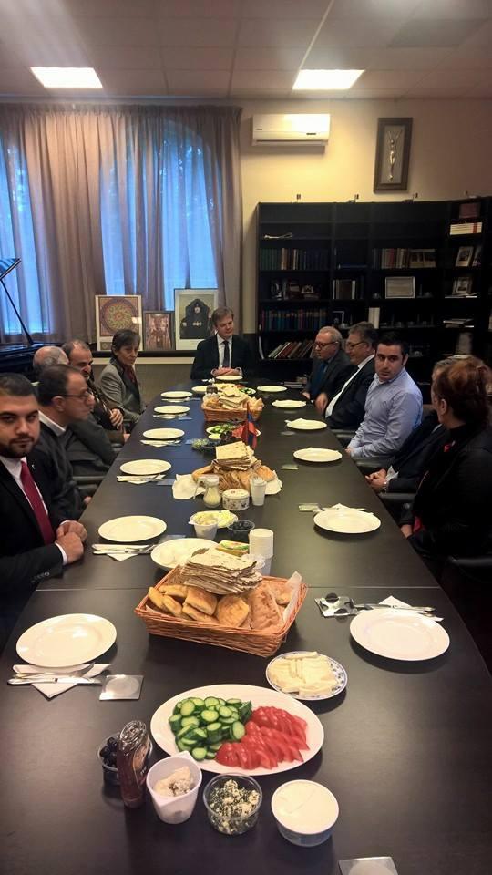 Hollanda'da Ermeni kilisesinin ayinine katilan HDP'li vekil bakin kimle beraberdi6
