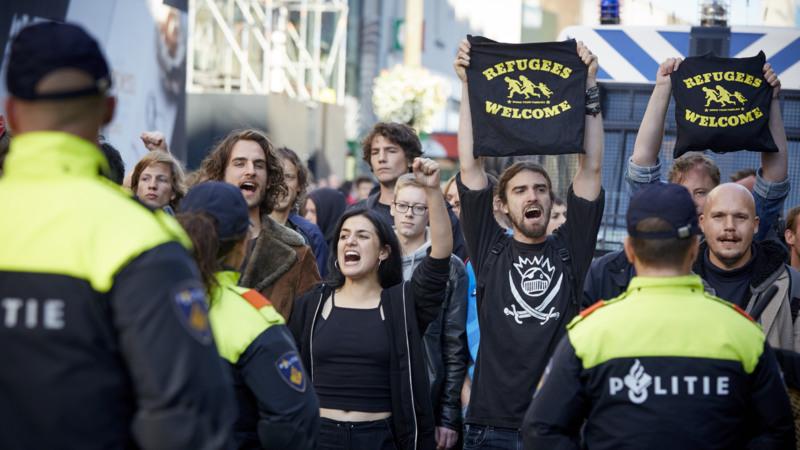 2015-10-11 15:49:07 UTRECHT - Betogers tegen de Pagina-Demonstratie in de Lange Viestraat .Demonstranten van Pegida voeren actie tegen de komst van vluchtelingen die moslim zijn. De uit Duitsland afkomstige organisatie eist onder meer sluiting van Islamscholen en moskee'n. ANP MARTIJN BEEKMAN